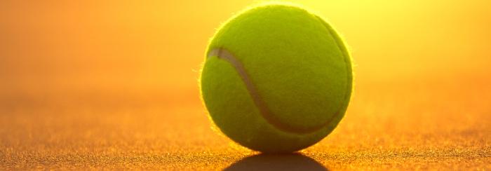 Pallina da tennis sul campo del tennis club chiari